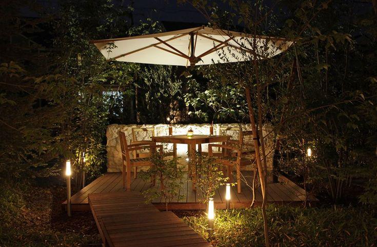 プライベート感たっぷりの庭をデザインしました。 外部からの視線を気にせずリラックスできます。 #平屋#愛知県注文住宅#新築#インテリア#工務店#注文住宅#ウッドデッキ#中庭#kisetsu#マイホーム#シンプル#おしゃれ#ライフスタイル#リビング#シンボルツリー#建築家#設計事務所#庭園灯#アウトドアリビング#縁側#庭#外構#大開口#外観#モダン#デザイン#デッキテラス#ガーデニング#自然素材#庭
