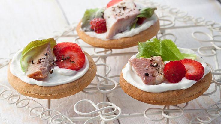 Herzhafte Minipizzen mit Erdbeeren und Räucherfisch |