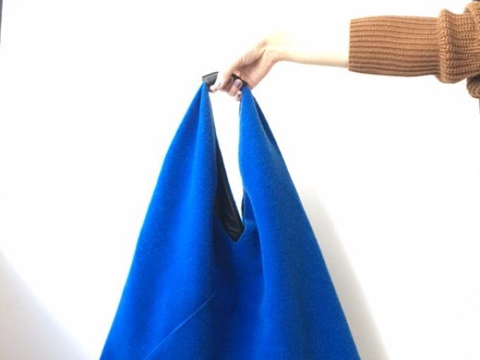 エムエム 6  メゾン マルジェラのアイコンバッグである三角形のトート。編集部の素敵な先輩が使っているのをみて、こっそり色違いを入手しました。風呂敷のように入れるものを選ばないソフトなカタチは、外出途中で荷物が増えるような日に重宝。ルックス面でも、ビビッドな色使いと程よいカジュアル感が重厚長大型の冬の服にぴったりでした。いわゆる古き良き定番は数多くありますが、「もうこれはスタンダー...