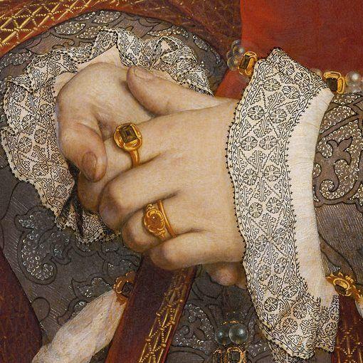 Dettagli 3. Hans Holbein il Giovane: Jane Seymour regina d'Inghilterra. Olio su tavola del 1536. Kunsthistorishes Museum, Vienna. Una straordinaria eleganza contraddistingue quest'abito, per l'accurato accostamento di colori e disegni, per la bellezza del tessuto del vestito e della zimarra, per la ricchezza della cintura e dei gioielli. Tutto è dipinto in modo perfetto, dal grande Holbein.