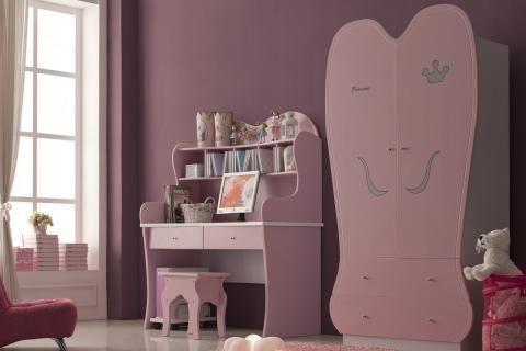 Стол в комнате девочки-подростка
