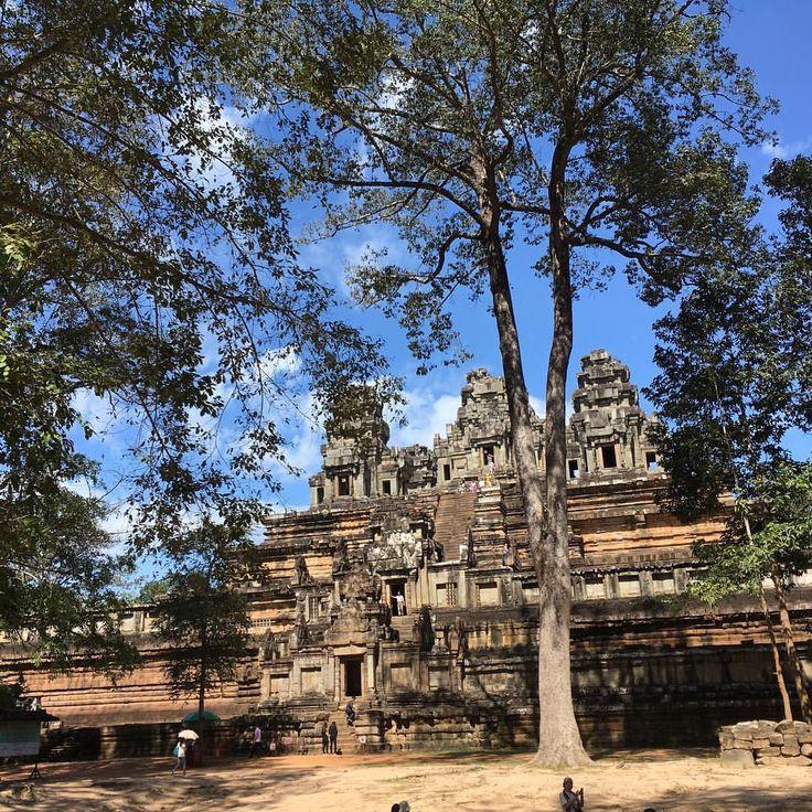 Ahora Angkor es lo que queda del Imperio Khemer. Estos templos y ruinas tapados por maleza y bosque, fueron encontrados hace poco y declarados Patrimonio de la Humanidad por la @unesco. Recorrerlos y explorarlos nos ha hecho enamorar de este lugar. Akun Cambodia!!! .... #vivirtrabajarviajar #travelphotography #travel #viajes #angkortemples #cambodia #sea #asia