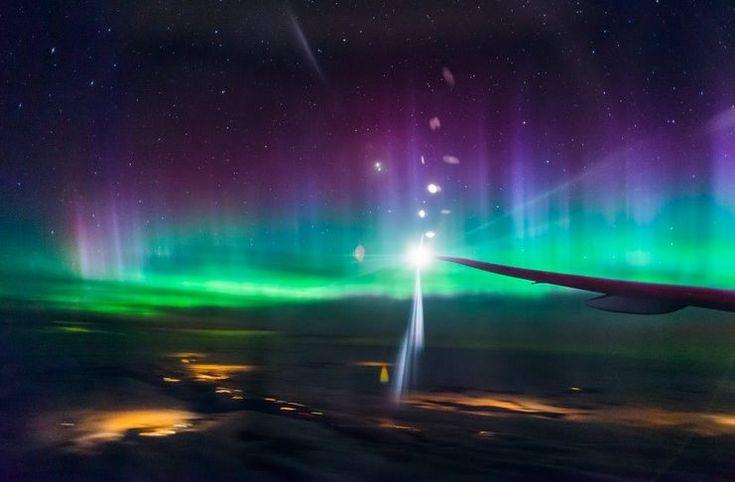 Το Βόρειο Σέλας από το παράθυρο ενός αεροπλάνου είναι ακόμη πιο μαγευτικό!