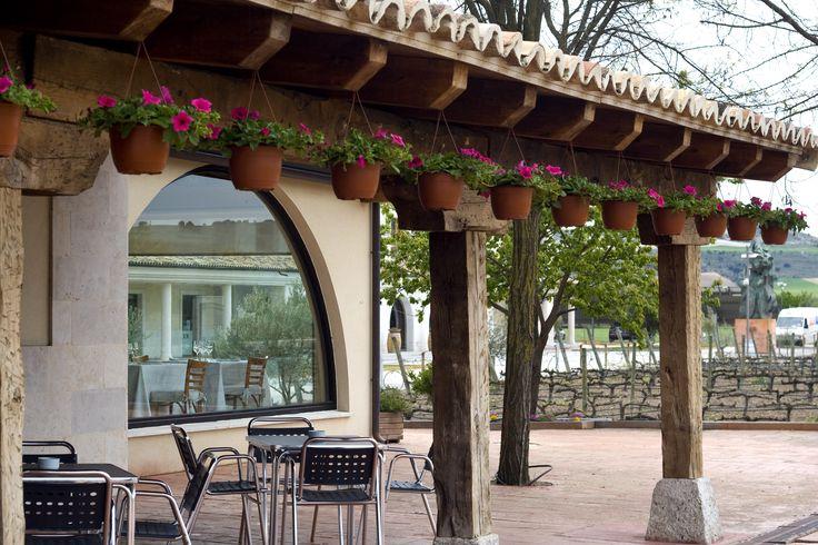 Terraza del Restaurante La Espadaña de San Bernardo con vistas al jardín de variedades. Corazón de la Ribera del Duero. www.restauranteespadana.es