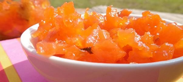 Wortelconfituur  Ingrediënten  200 g wortelen (in zeer fijne blokjes gesneden) Sap van 1/2 citroen 3,5 dl vers geperst sinaasappelsap Tiense Geleisuiker Minut 1+1  Bereiding  1.Doe de stukjes wortel in een kookpot samen met het citroensap en het sinaasappelsap. 2.Breng aan de kook en laat 30 minuten afgedekt sudderen. De stukjes wortel moeten goed mals zijn. 3.Maak alles extra fijn met een pureestamper. 4.Giet het geheel vervolgens in een maatbeker. 5.Meet hoeveel er overblijft na de…
