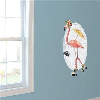 Deze flamingo is een echte dansmarieke op haar rolschaatsen! Compleet uitgedost met camera, paraplu en bloemen danst ze op de muur van jouw kamer. De VAN IKKE muursticker is gemaakt van sterk stickervinyl en geschikt voor elke vlakke ondergrond.
