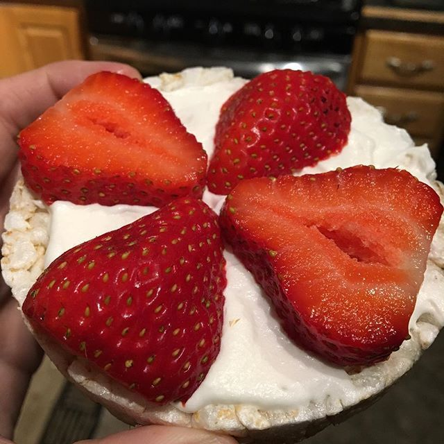 Tonight's macro cap inspired by my lovely and talented friend @mariahalexism 👌🏼rice cakes topped with ff cool whip and strawberries 🍓😌❤ #fitnessinspiration #fitnessmotivation #fitfam #fitspo #fitspiration #motivation #weightloss #weightlossjourney #weightlossmotivation #eatclean #cleaneating #gym #workout #diet #healthy #healthylife #weightlossinspiration #healthyfood #fitnessfood #iifym #flexibledieting #ricecakes #ricecakeporn #strawberries #macrocap