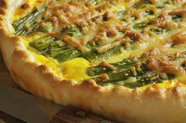 La torta salata con asparagi è un secondo piatto gustoso e saporito, ottimo anche da servire come antipasto. Ecco la ricetta
