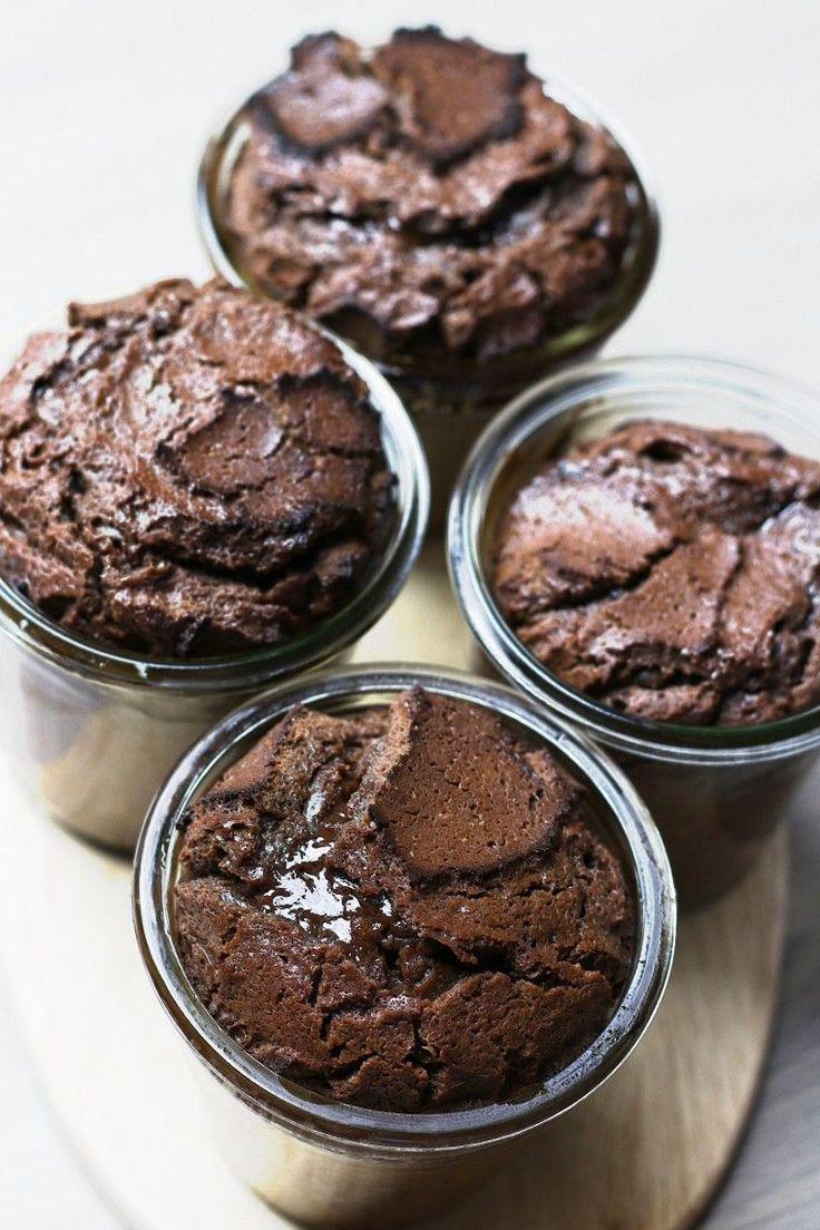 Schokoladenkuchen mit flüssigem Kern, Schokoladenkuchen, warmer Schokoladenkuchen, Dessert, Kuchen im Glas