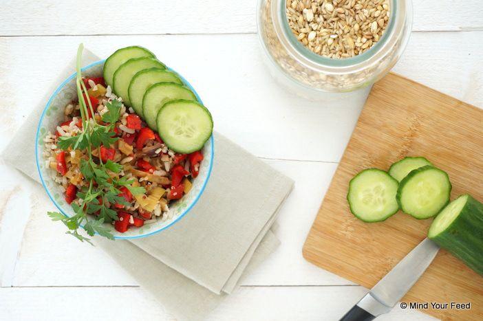 Oosterse groenteschotel met kip en rijst Voor de kip: ◾200 gr kipfilet ◾2 el Japanse vissaus ◾1 el olijfolie ◾1 tl paprikapoeder ◾1 tl komijn ◾1 teen knoflook ◾1 cm gember  Groenten: ◾1 rode paprika ◾1 gele paprika ◾2 prei ◾2 rode uien ◾4 stengels bleekselderij ◾1 komkommer