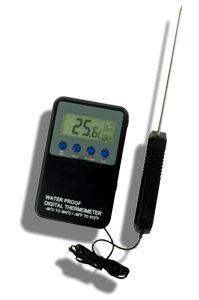 http://www.termometer.se/DoppTempVattentat-digital-termometer-med-larmfunktion.html  DoppTemp™:Vattentät digital termometer med larmfunktion  Mycket användbar i hårda miljöer som exempelvis storkök, slakterier mm, då termometern är vattentät (IP65). Går att ställa in för larm vid övre och undre temperatur. DoppTemp™ har en fast Pt-100 givare som visar rätt även när instrumentet är kallt...