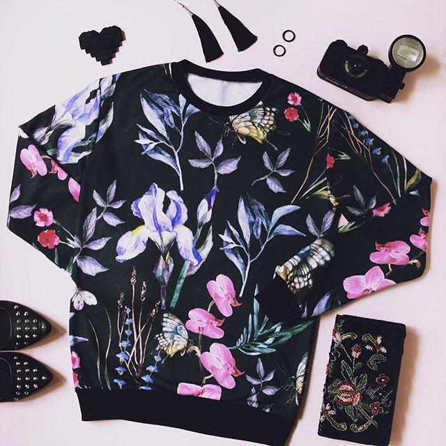 """😊👍🏻В нашей новой рубрике """"вещь дня"""" - чудесный свитшот с принтом """"Ирисы и орхидеи"""" .В этой рубрике мы будем рассказывать вам о том , что сейчас имеется в наличии! Это значит , что доставка будет максимально быстрой🏃🏼♀️📦 ! Все подробности вы можете узнать у нашего менеджера в Директ 📥#истерика3д #одежданазаказ #свитшотназаказ #свитшотвподарок #вналичии #свитшотвналичии #подарокжене"""