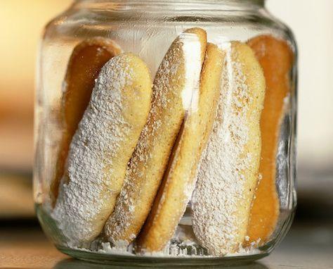 Biscuits à la cuillère. Les ingrédients pour faire la recette de biscuits à la cuillère (pour 6 personnes) : des œufs entiers, du sucre semoule, de la farine et du sucre glace. Une bonne idée pour régaler les enfants ou tout simplement pour réaliser une charlotte ou un tiramisu.