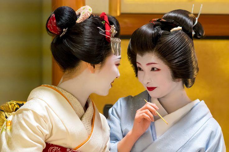 舞妓 maiko まめ藤 mamefuji 芸妓 geiko とし真菜 toshimana KYOTO JAPAN