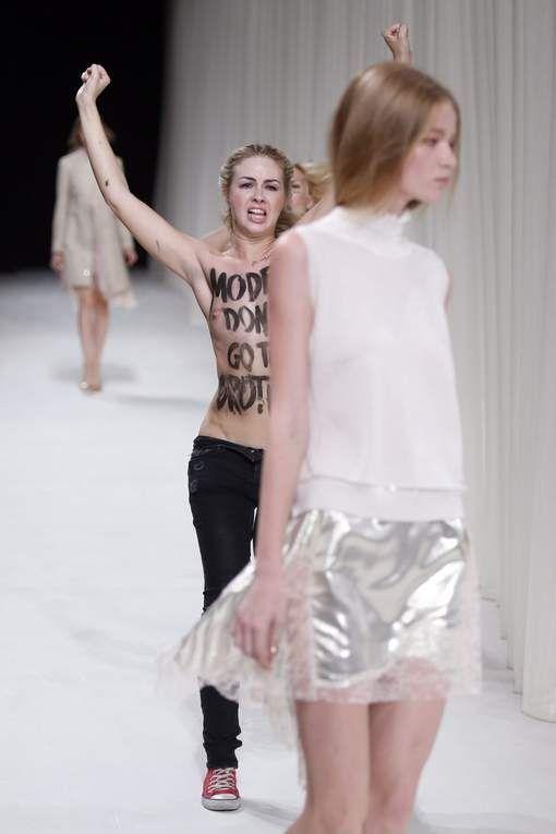 """Les Femen provoquent la colère d'une top: """"Ces salo... ont ruiné mon défilé"""""""