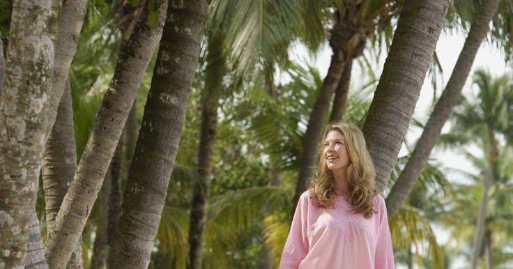 La mejor mezcla de ropa para usar en climas tropicales. Si vas a viajar a un paraíso tropical, necesitas pensar en el tiempo al momento de decidir qué ponerte. Básicamente, va a hacer mucho calor, lo que significa que necesitas ropa hecha con fibras naturales que son muy respirables y absorbentes. Deja tus mezclas de poliéster sofocante y de lana en casa; en los climas tropicales, deberías usar telas ...