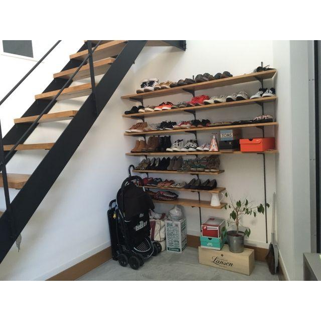 玄関の棚をDIY♡ 短くなっている部分はハンガーパイプを取り付けてカッパや、ジャケットをかけれるようにする予定です♡ 薄いカーテンをしようかなと思っています^ ^t.house...さんの、玄関/入り口,靴,ナチュラル,玄関,靴箱,収納,DIY,北欧,下駄箱,見せる収納,無垢,無垢材,子供と暮らす。,下駄箱DIY,靴が好き,可動式棚,のお部屋写真
