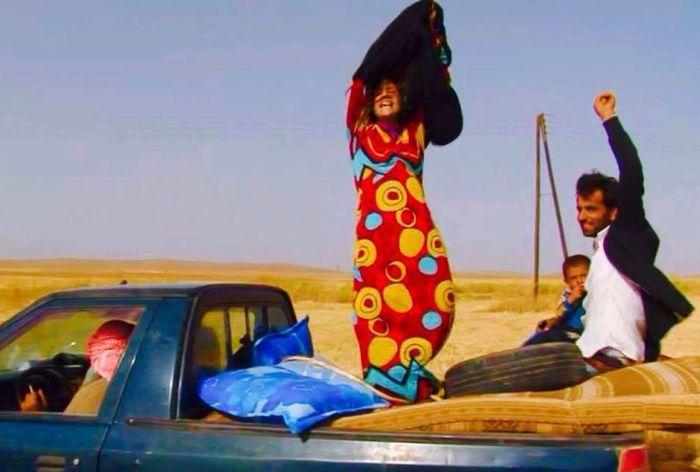 Una mujer Siria se quita la vestimenta negra  al salir del territorio de ISIS.