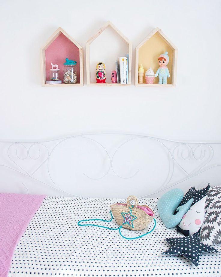 ¡Hoy por fin ha salido el sol! Es una maravilla ver cómo la luz llena nuestra casa 😍😍😍 La Luz... ¡cuánto la voy a echar de menos cuando cambiemos la hora! ¿A alguien le pasa como a mí? ¡Vamos que ya miércoles! #laluznosdalavida #decorarenfamilia #nuestracasa #casitas #baldascasita #cojinestrella #cojingota #capazo #decoracion #decor #luz #cama #dormitorio #dormitorioinfantil #habitacion