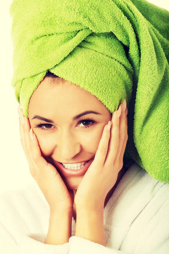 Mit einer Haarkur aus Kokosöl gönnt ihr eurem Haar eine Extraportion Pflege. 1-2 EL Kokosöl im frisch gewaschenen, feuchten Haar verteilen, mit einem Handtuch umwickeln und über Nacht einwirken lassen. Anschließend gut mit Shampoo ausspülen und sich über gepflegte Haare freuen.