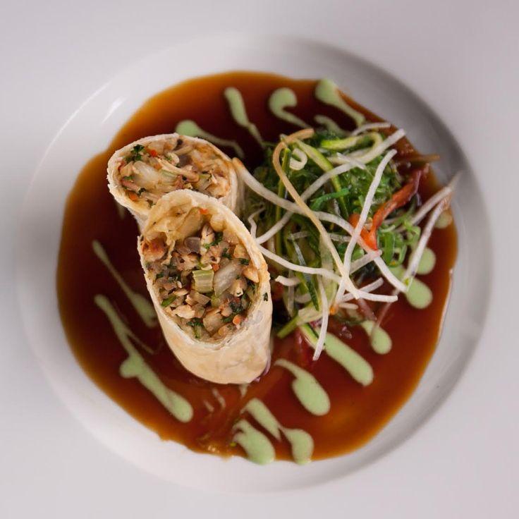 Cantonese sprong rolls with cabbage salad with pulled chicken, ginger sauce with wasabi and seaweed salad / Kantonské jarní závitky plněné zelným salátem s trhaným kuřecím masem, zázvorovou omáčkou s wasabi a salát z mořských řas