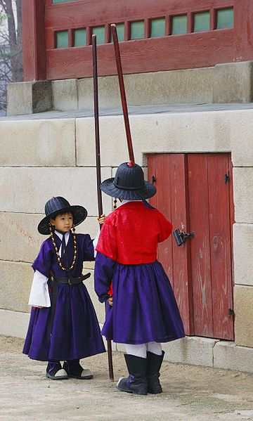 File:Korean children in traditional clothing at Gyeongbokgung, Seoul-01.jpg