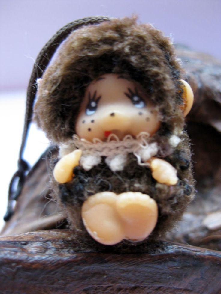 Mini kleiner Monchichi / Monchhichi in braun mit Halsband /Anhänger - ca. 3cm