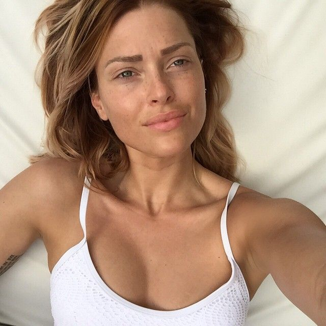 «#retouches #filtre #maquillage #chirurgie #botox #collagène #superficielle #fade #tatouée #moche #triste #anorexique • • • ✌️»