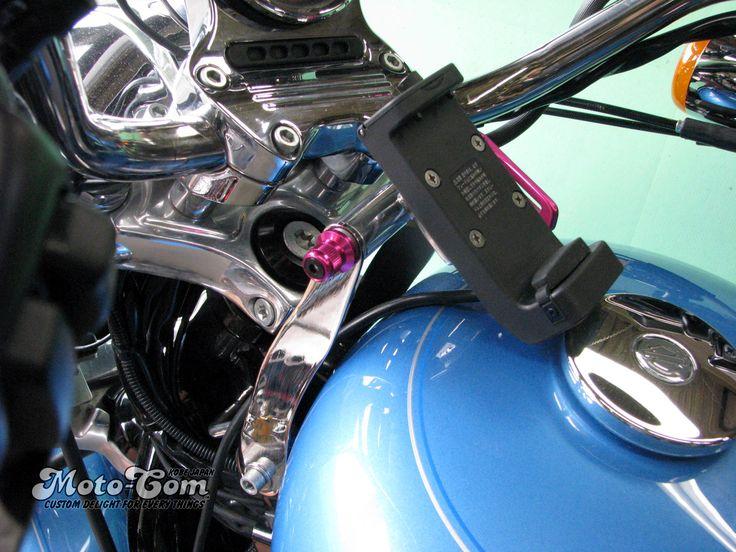 [3/5]  XL1200Lへユピテル製のバイクナビ用マウントステーを製作しました。◆ハンドル側に固定していませんので向きが変わりません。◆クイックレバーを緩めて角度調整もできます。