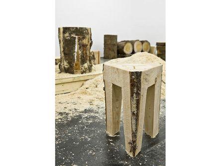Der stapelbare Hocker 7Xstool wird von einem Industrieroboter mit einer Kettensäge direkt aus einem Baumstamm geschnitten.