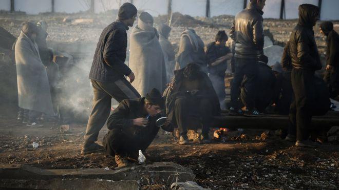 Belgrado, en una foto tomada el 5 de enero. Las temperaturas también bajaron en Belgrado, la capital de Serbia. En esta foto se ve a migrantes que viven en un almacén abandonado. Según MSF, más de 7.500 personas están varadas en Serbia, viviendo en campos abarrotados o alojamientos informales como este.