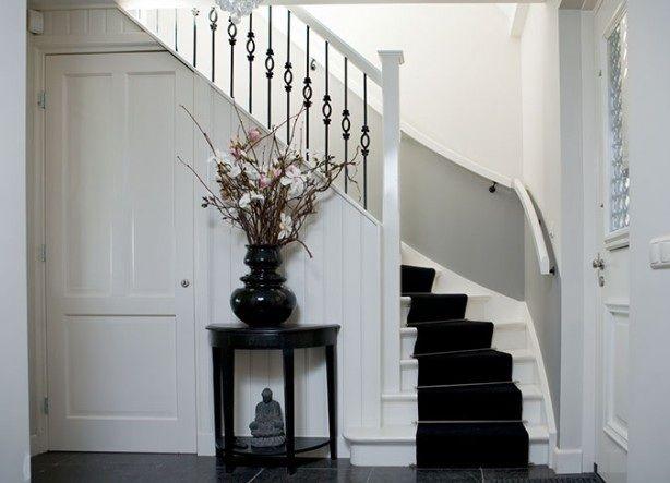 Mooie combinatie tegelvloer witte trap