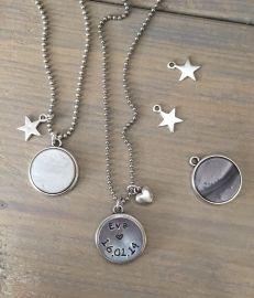 Hippe ;mama ketting met naam en datum van je baby / kind. De hanger is dubbelzijdig: aan de voorkant een ;tekstplaatje ;en aan de achterkant een gekleurde platte steen.