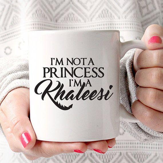 Ich bin keine Prinzessin, ich bin ein Khaleesi   Game of Thrones   Drachen   Königin   TV-Liebhaber Coffee Mug  Jede Kaffeetasse ist Spülmaschine/Mikrowelle sicher und erstellte unser eigenes professionelle Equipment. Die Tinte, die wir verwenden ist in die Glasur der Tasse verschmolzen, wodurch das Bild auf der Tasse dauerhaft zu bleiben.  ........................................  • Top Rack, Geschirrspüler und Mikrowelle sicher Keramiktasse • Hochglanz-Finish am Endprodukt • 11 & 15 Unzen…