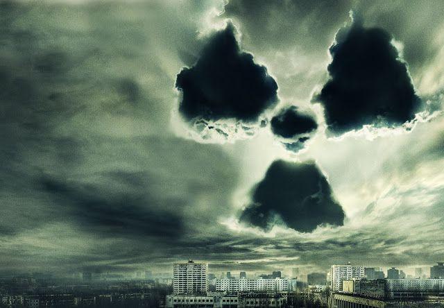 """Esta metáfora visual representa a la perfección la contaminación radiactiva producida tras un accidente nuclear. Fragmento del cartel publicitario de la película """"Chernobyl diaries""""."""