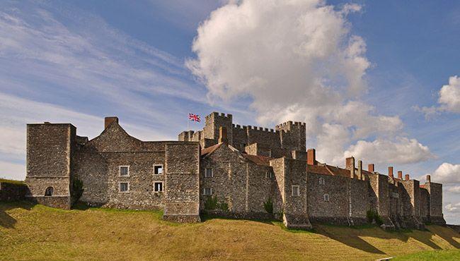 """Wielka Brytania - Zamek w Dover. Średniowieczny zamek, często określany jako """"Klucz do Anglii"""".  Zamkowe mury nawiedza bezgłowy duch chłopca - bębniarza. Stracił życie, gdy napadli go rabusie. Od tamtej pory słychać także głuche bębnienie. Pojawia się także kobieta w czerwonej sukni, a w podziemiach widziano duchy żołnierzy z czasów II wojny światowej, wykonujących swoje codzienne, żołnierskie obowiązki."""