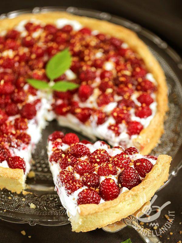 La Crostata di yogurt e lamponi è una dolce squisitezza da forno, arricchita da due ingredienti freschi e leggeri. Impossibile resisterle!