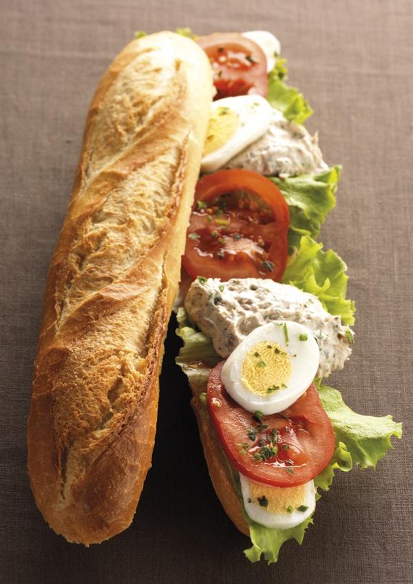 Le Flambeur : miettes de thon, sauce aux herbes et aromates, tomate, oeuf dur, salade verte