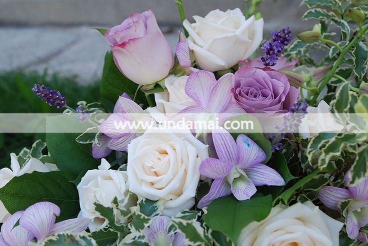Aranjament floral cu trandafiri si Orhidee