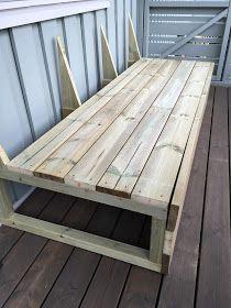 Prosjekt hagemøbler er godt i gang, og hele benken er ferdig bygget! Mangler fortsatt puffer, bord og beis. Og så klart pynteputer, pledd, ...