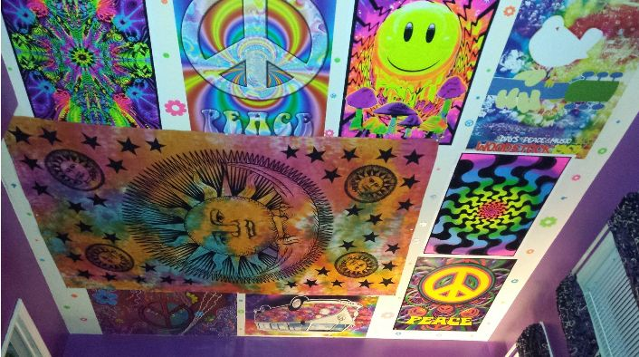 Trippy psychedelic ceiling!!! -Not mine- Super cool hippie stoner room