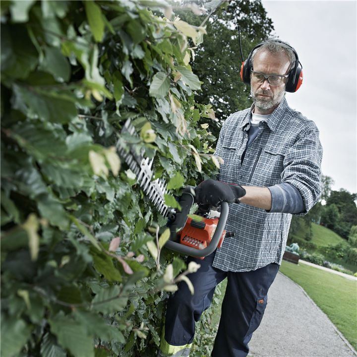 You can be sure your Husqvarna professional trimmer will be safe, all-round and comfortable to use. The rear handle is adjustable enabling you to cut the sides and top of your hedge and the extended cutter makes it possible to reach better. Since it's adjustable it will also be less tiring to work with.