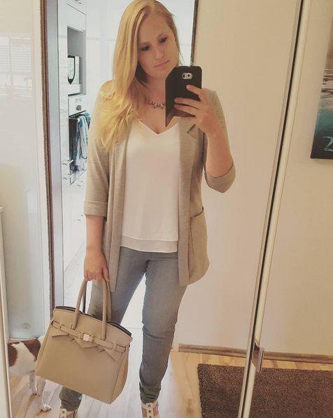 Grauer Blazer von NewYorker, weißes Shirt von H&M, Jeans von Otto und Tasche von Savemybag
