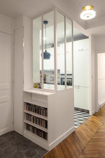 Le meuble d'entrée, réalisé sur mesure, et sa verrière d'intérieur blanche