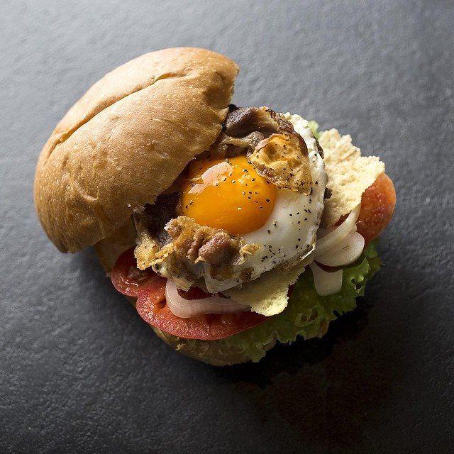 #bourEgg #hamburger #burger #bistrot #burgerbistrot #foodporn #foodshoot #stillife #shooting #slowfood #bourmet #pesaro  • Insalata romana • Polpa di vitellone dell'Alta Val Metauro 80% • Suino nostrano tipico dell'Alta Val Metauro 20% • Cialda di parmigiano • Pomodoro • Cipolla fresca • Occhio di bue • Guanciale croccante
