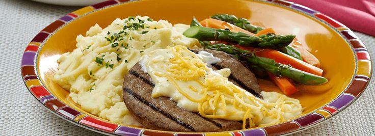 Hamburguesa asada con salsa tres quesos