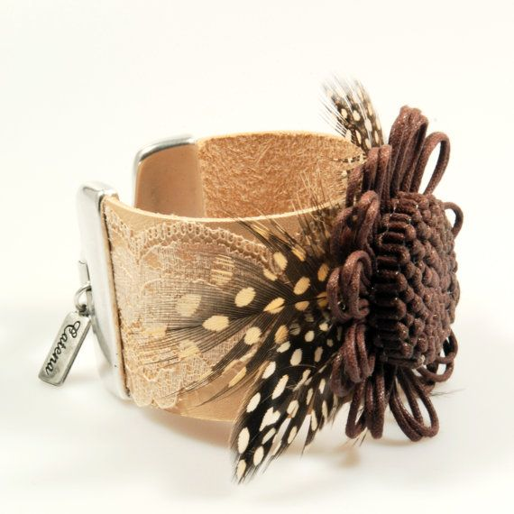 Leren armband bloem, brede armband naturel leder, bruine armband van leer, bloem armband met veren, boho stijl sieraden handgemaakt OOAK