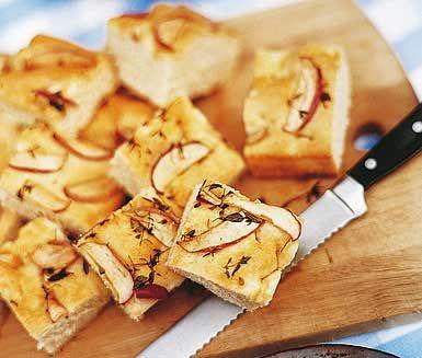 Ett fantastiskt recept på ett smakrikt bröd att servera till jul, påsk, midsommar eller någon annan festmiddag. Äppel och timjanbröd gör du av bland annat honung, äpple, timjan och havssalt. Tjusigt och gott!