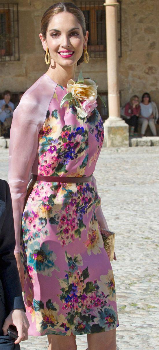 Madre e hija con dos looks perfectos para ir de boda, sobre todo el vestido azul con flores bordadas de Isabel