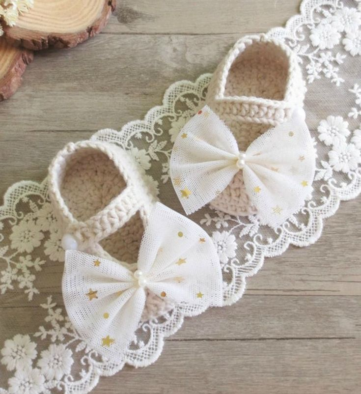 Hand Knitted Baby Shoes-Handmade Cute & Comfortable Newborn Baby Pre walker Infant Hand Knitted Big Bow Baby Booties. Beautiful gift for a special newborn baby girl. Perfect for communion, baptism, christening & baby shower gift.. Available in sizes newborn to 12 months. Material: Wool & acrylic. Colors: Off white, pink, ivory, aqua blue, red, fuchsia. Please do compare your little girl's foot length with our size chart.